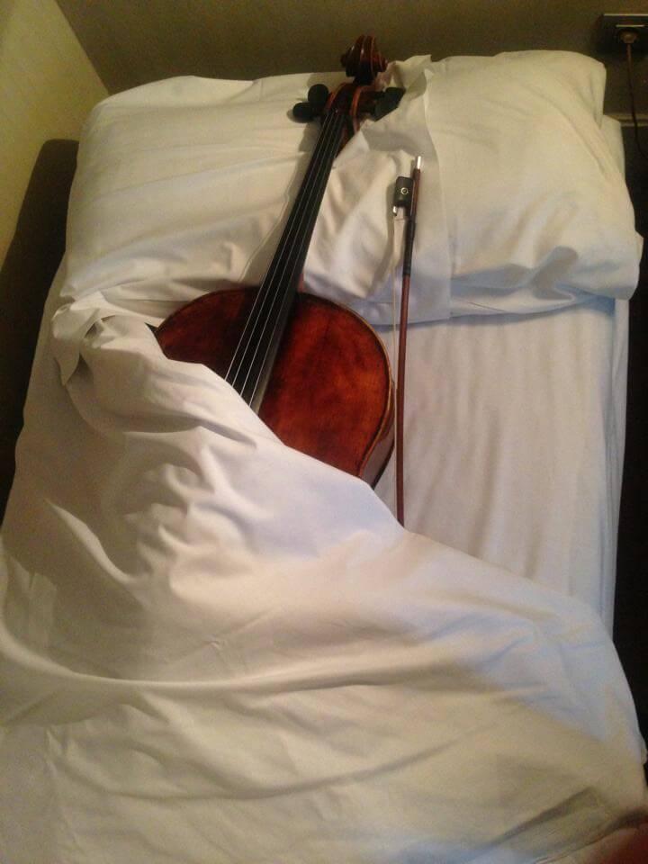 Cello sleeping Barcelona Thomas Mesa